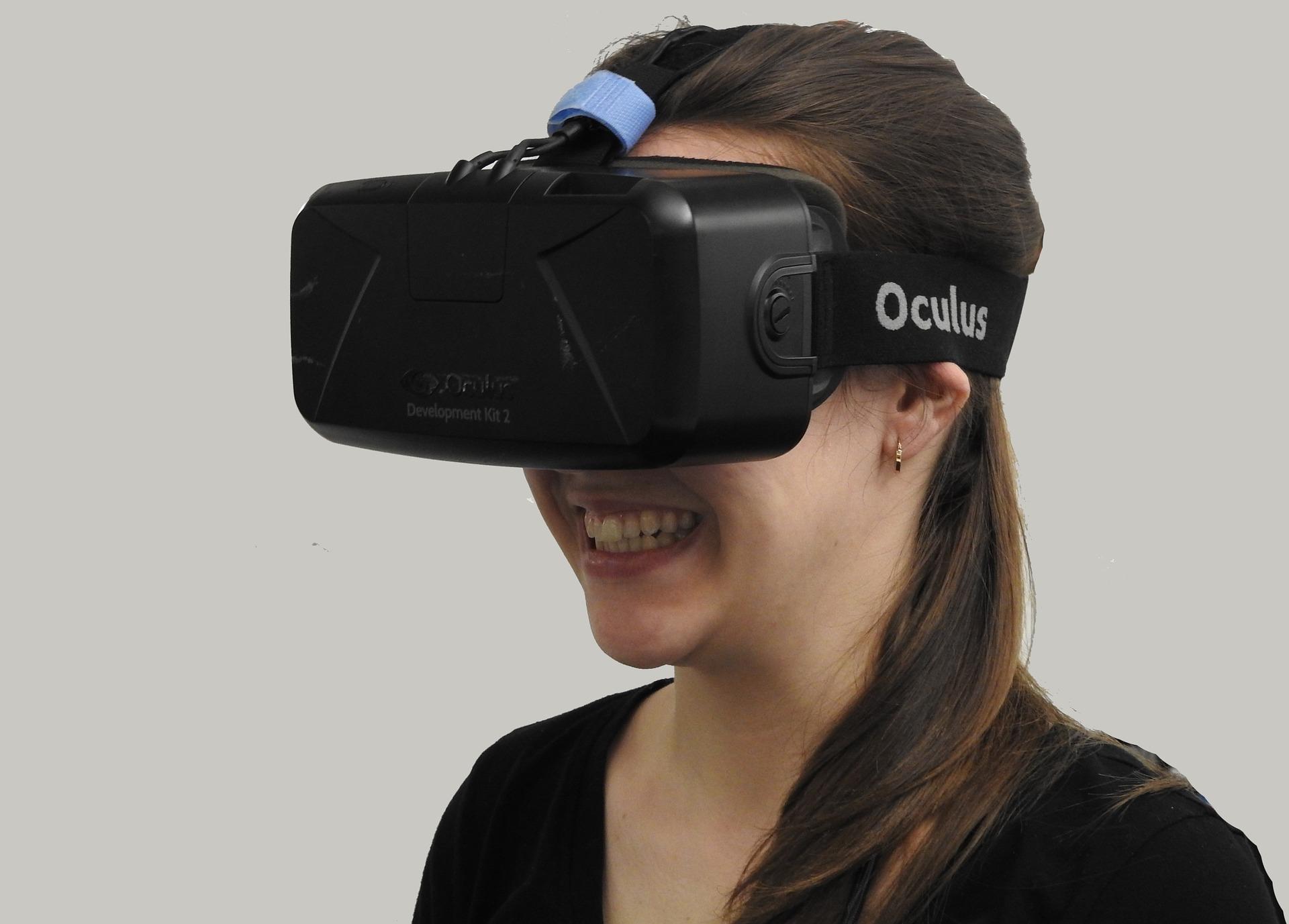 VR(バーチャル・リアリティ)とは?仕組みや活用事例、ARとの違いを紹介